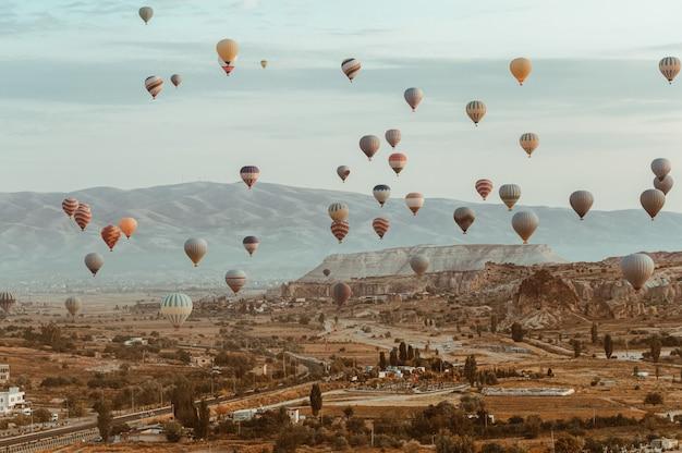 Cappadocia van de hete luchtballon in het nationale park van goreme