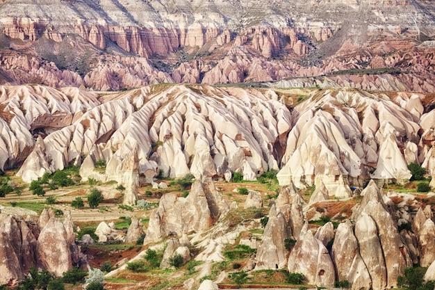 Cappadocië ondergrondse stad binnen de rotsen, de oude stad van stenen pilaren. fabuleuze landschappen van de bergen van cappadocië goreme, turkije