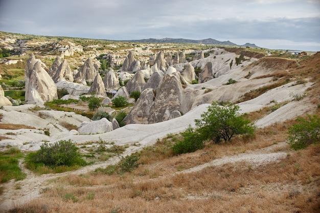 Cappadocië ondergrondse stad binnen rotsen, oude stad van stenen pilaren. fantastische landschappen van bergen van cappadocië goreme, turkije