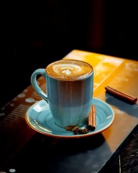 Cappuccino geserveerd in blauwe kop