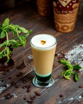 Cappuccino geserveerd in lang glas