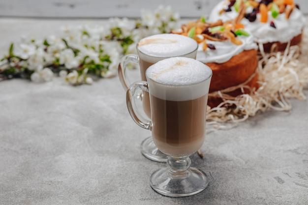 Cappuccino in een luxe glas met een taart