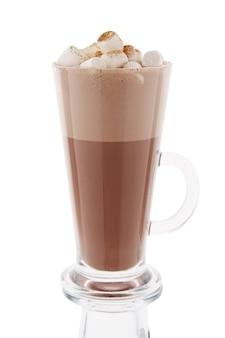 Cappuccino in lang glas dat op wit wordt geïsoleerd