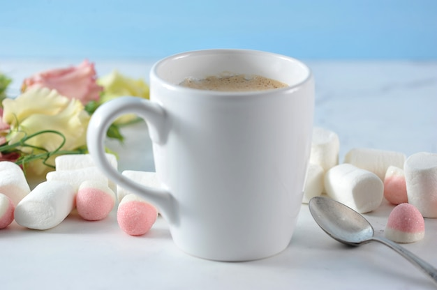 Cappuccino inwhite mok met bloemen en marshmallow