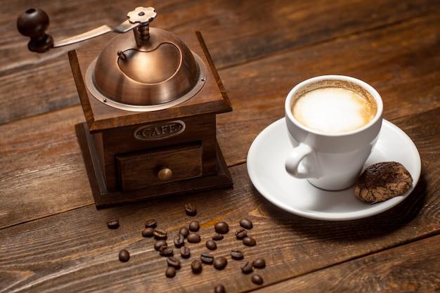 Cappuccino, koffie en koffiemolen