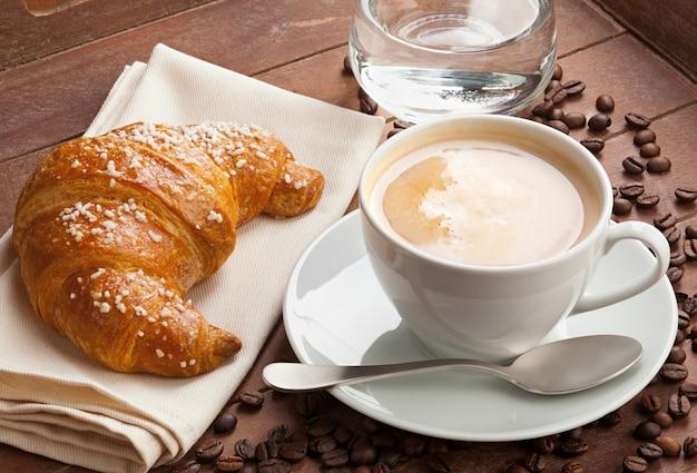 Cappuccino met croissant