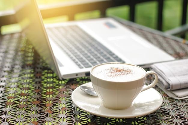 Cappuccino met krant