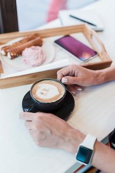 Cappuccino met marshmallows en wafeltjebroodjes voor het ontbijt