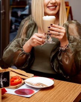 Cappuccino met slagroom in glas