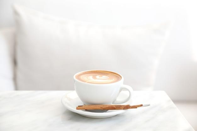 Cappuccino of latte art koffie gemaakt van melk op de witte tafel in coffeeshop