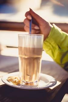 Cappuccino op houten tafel in het café van het skiresort