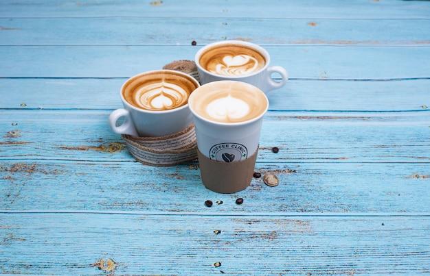 Cappuccinokoppen met melkachtige hartillustraties