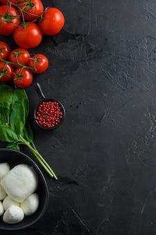 Caprese salade ingrediënten: mozzarella balletjes met tomaten en basilicum