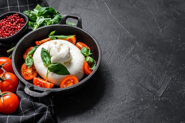 Caprese salade met burrata mozzarella, cherrytomaatjes en basilicum