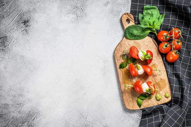 Caprese salade op spies tomatenpesto en mozzarella canapes