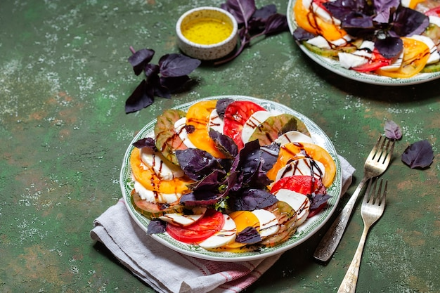 Caprese salade tomaat en mozzarella plakjes met basilicum