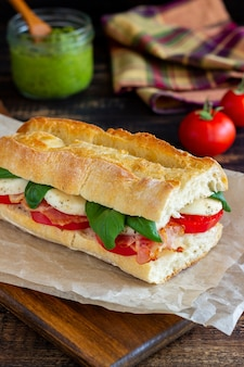 Caprese sandwich met tomaten, mozzarella, basilicum en spek. gezond eten. italiaanse keuken.