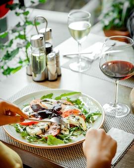 Caprice salade en een glas rode wijn