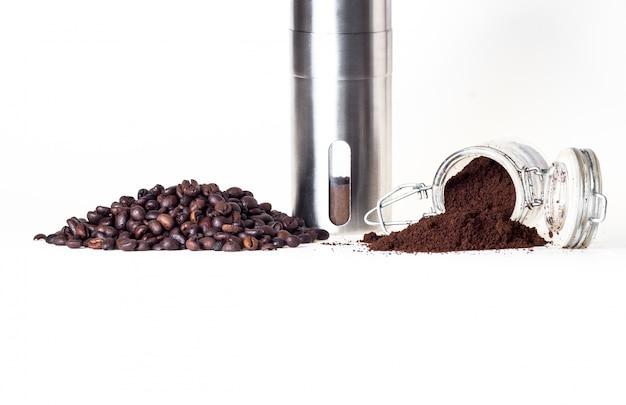 Capsules koffie en koffiebonen geïsoleerd in wit