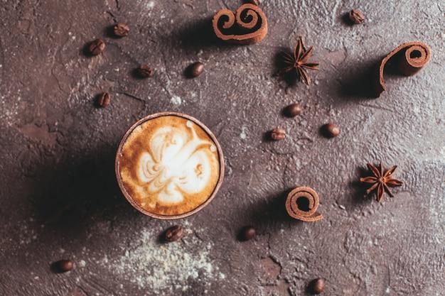 Capuccinostilleven - vlinder latte art in de handgemaakte kleikop en kruiden