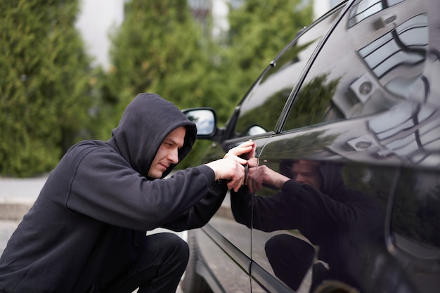 Car hijacks auto dief zwarte bivakmuts