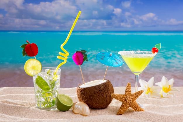 Caraïbische tropische cocktails mojito margarita van het strand