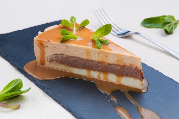 Caramel cheesecake cake met chocolade en walnoten
