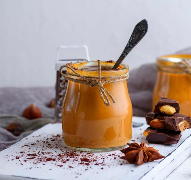 Caramel dessert toffee in een glazen pot