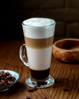 Caramel latte op de tafel