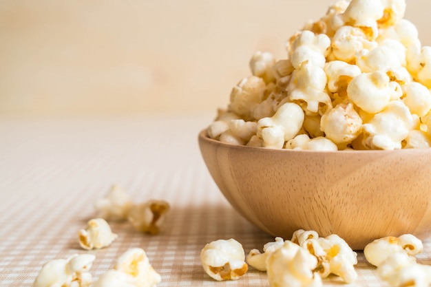 Caramel popcorn op tafel