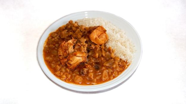Carapulcra de pollo peruaans eten op basis van gedroogde aardappelen varkensvlees of kip