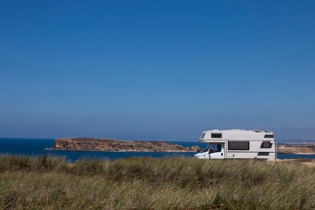 Caravan in de kustlijn