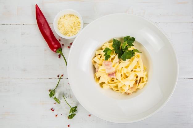 Carbonara pasta, spaghetti, parmezaanse kaas en roomsaus. traditionele italiaanse keuken. pasta alla carbonara