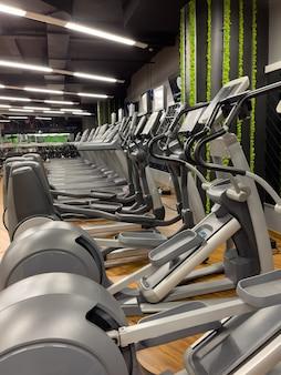 Cardio-apparatuur in een sportschool zonder mensen.