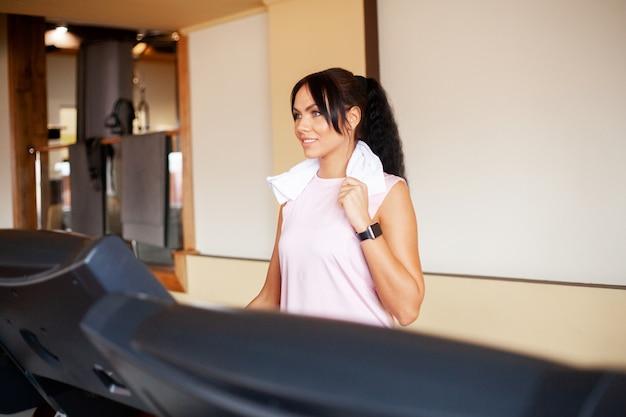 Cardio workout. geschikte vrouwen die op tredmolens lopen die cardiotraining in een gymnastiek, gezonde levensstijl doen