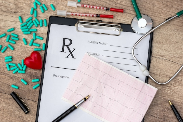 Cardiogram op rx blanco met stethoscoop en pillen