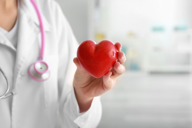 Cardioloog met rood hart in kliniek