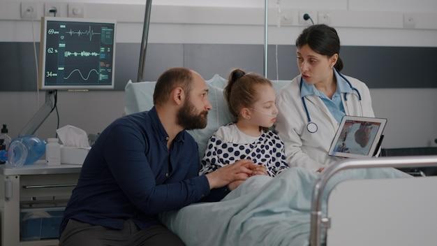 Cardioloog-vrouw arts die hartcardiogram bespreekt en herstelbehandeling uitlegt