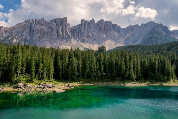 Carezza-meer met bergen van de dolomieten in italië
