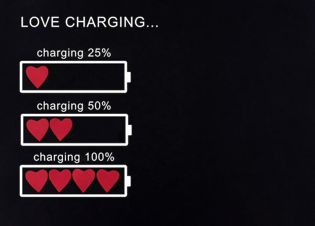 Carging-proces met behulp van rood hartsymbolen. valentijnsdag concept. Premium Foto