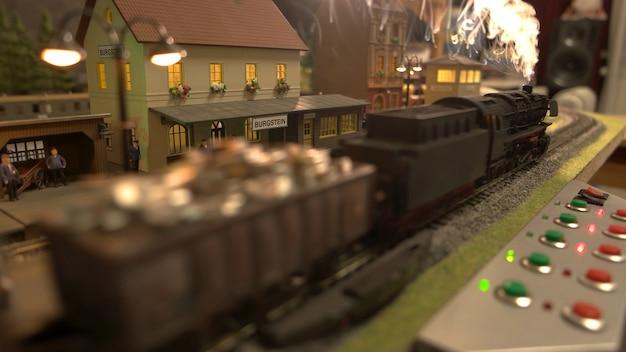 Cargo lokomotief trein met stoom.