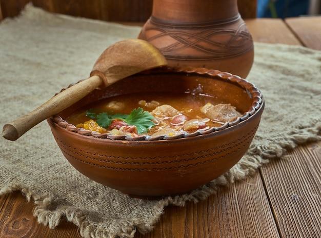 Caribbean one-pot stew, dark red kidney beans, varkenslende en een hartige melange van kruiden.