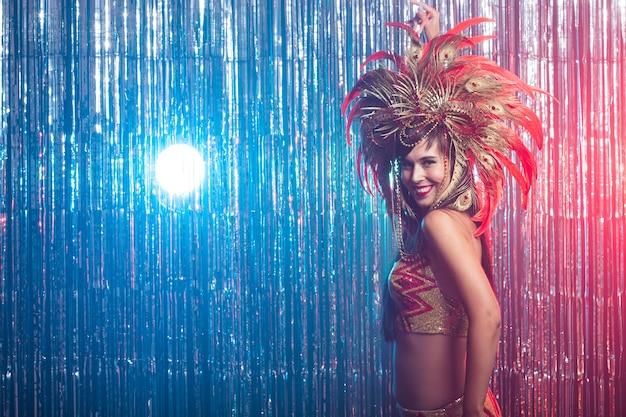 Carnaval buikdans en vakantie concept mooie samba danseres gouden kostuum dragen en