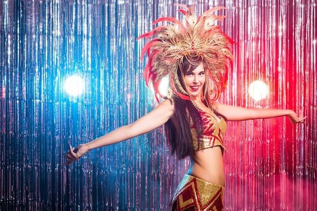 Carnaval-danseres en vakantieconcept schoonheid donkerbruine vrouw in cabaretkostuum en hoofdtooi met natuurlijk