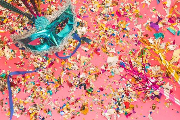 Carnaval-masker en glinsterende fragmenten