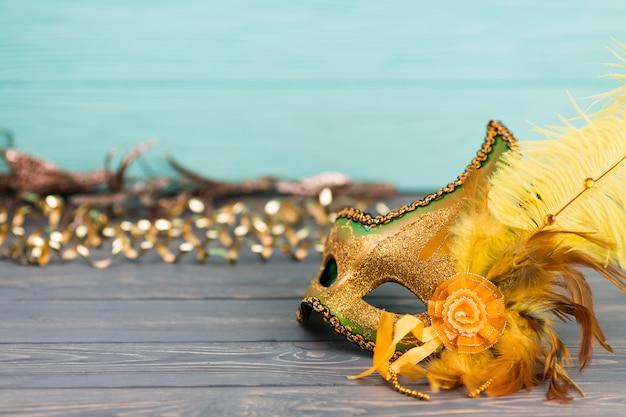 Carnaval-masker op houten lijst