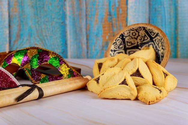Carnaval met noisemaker hamantaschen-koekjes purim joodse vakantie