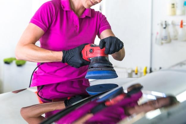 Carrosserie polijsten met een mechanische borstel.