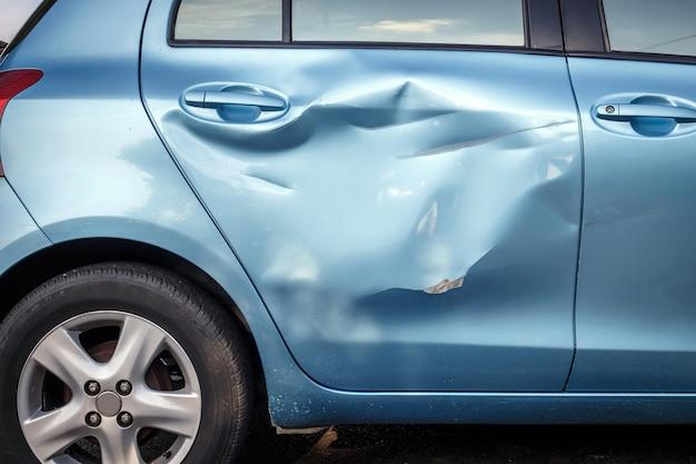 Carrosserie van auto wordt per ongeluk beschadigd