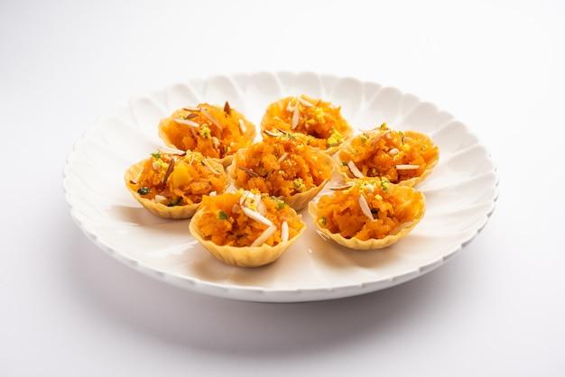 Carrot of gajar halwa canapé of canapé of fusion tart, gegarneerd met droog fruit. indiaas dessert